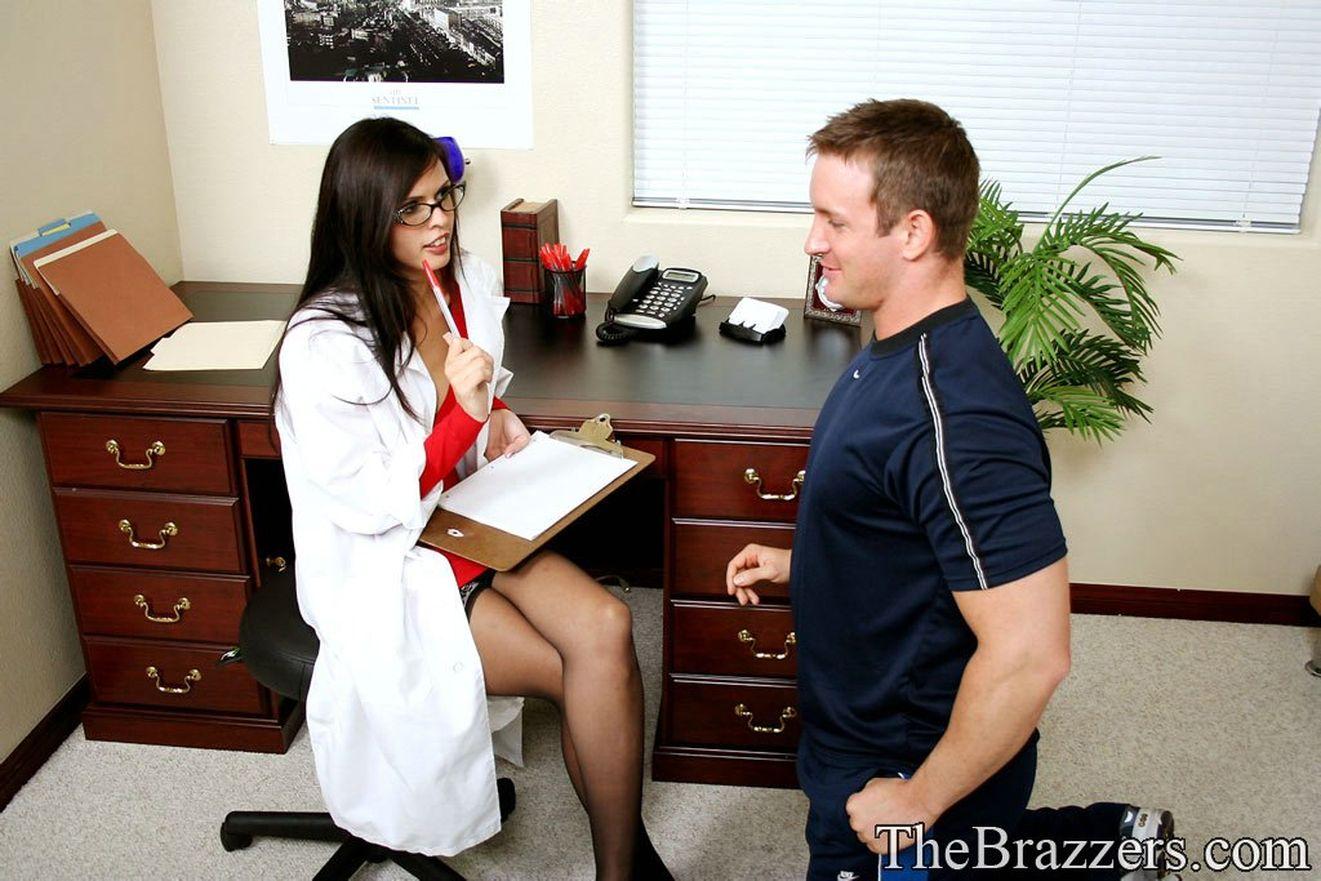 Студентка на приеме у врача 2 фотография