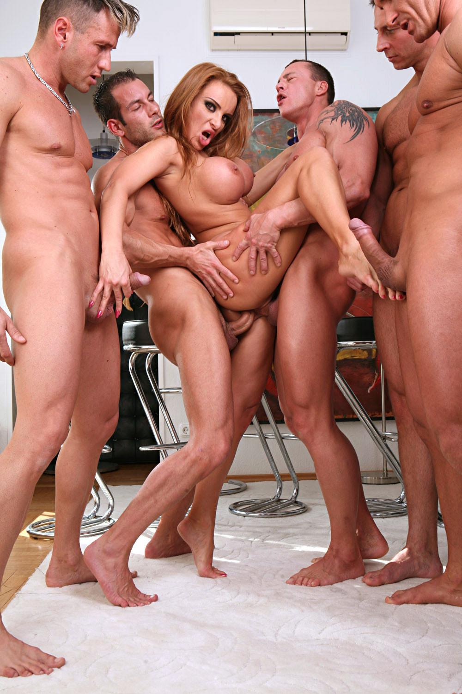 Толпа мужиков с огромными хуями 13 фотография