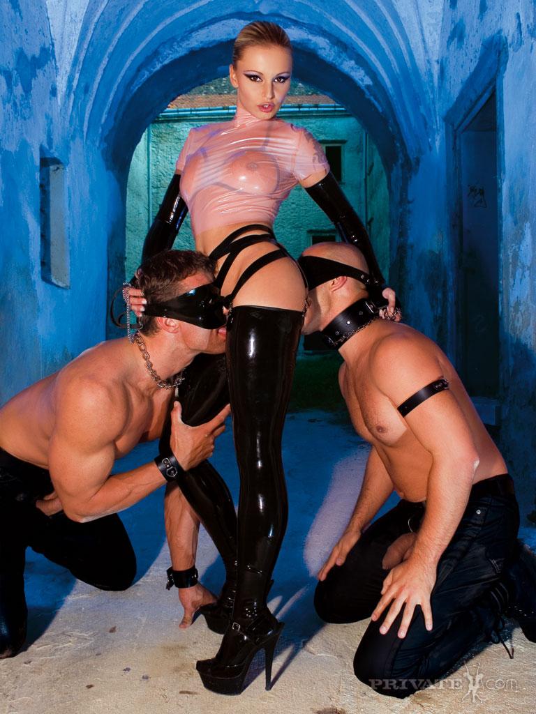 Порно фото госпожа и два раба