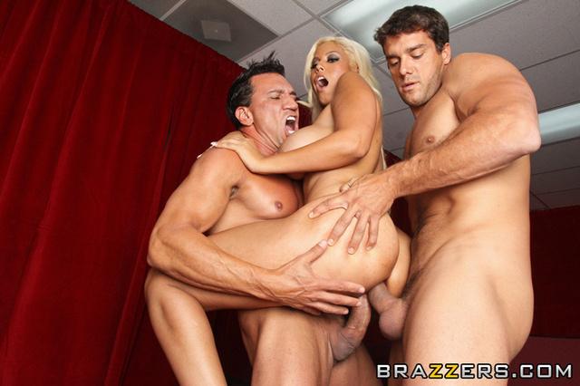фото порно фильма блондинка и два парня в бассейне