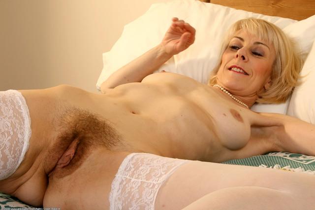Mom masturbates daughter makes her squirt
