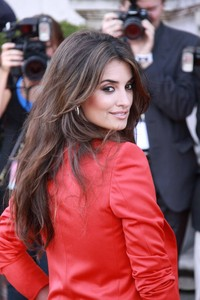 Emma Del Cruz sex celebsalon sheknows penelope cruz long layered hairstyle july hairstyles cruzs
